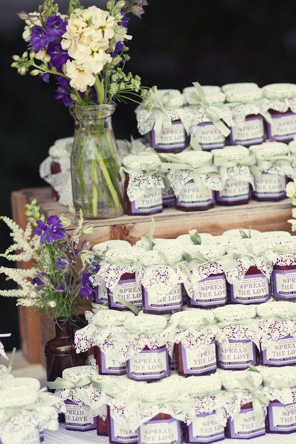 De jolis petits pots de confitures en guise de cadeaux aux invités à remplir de dragées ?