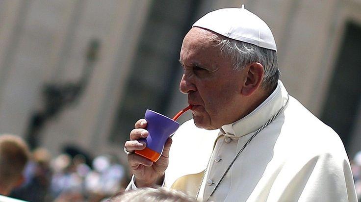 BIEN CRIOLLO. El papa francisco y su gusto por el mate argentino en la Plaza San Pedro del Vaticano. (Reuters)