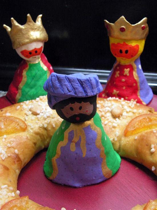 roscón de reyes con niños: http://www.manualidadesinfantiles.org/roscon-de-reyes-con-ninos/
