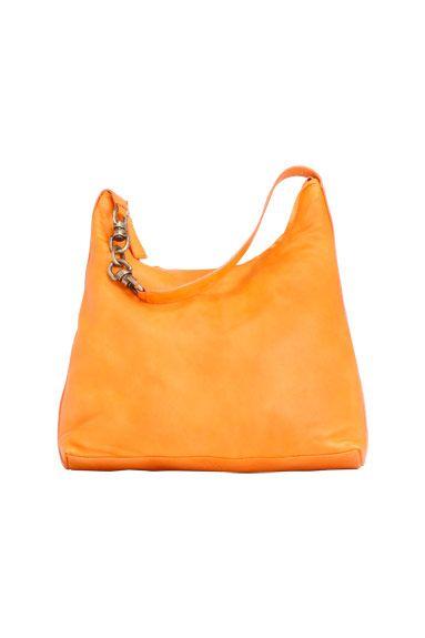 Bolso de piel de color naranja con cadena de Marga Prado