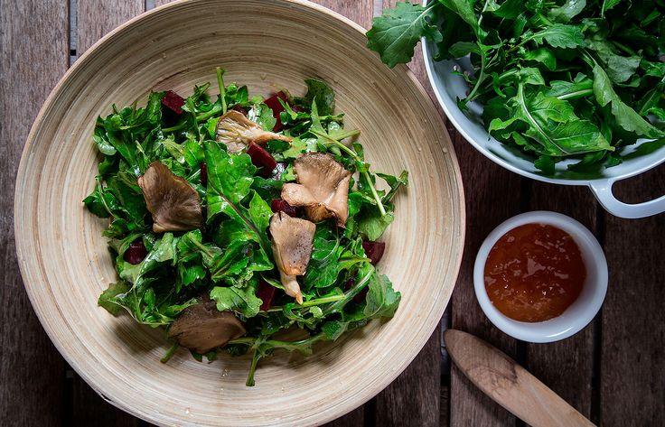 Σαλάτα με ρόκα , ψητά μανιτάρια και ντρέσινγκ ροδάκινο
