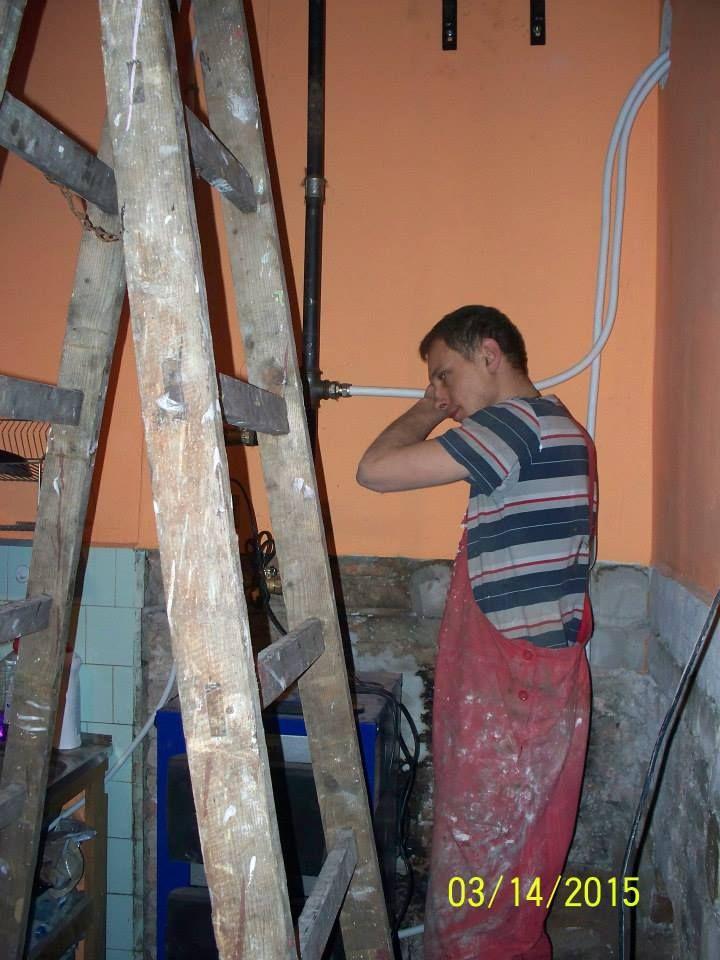 Dzielny Pan Grzegorz podczas prac ! Bardzo dziękujemy za bezpłatne wykonanie całej instalacji i podłączenie pieca !