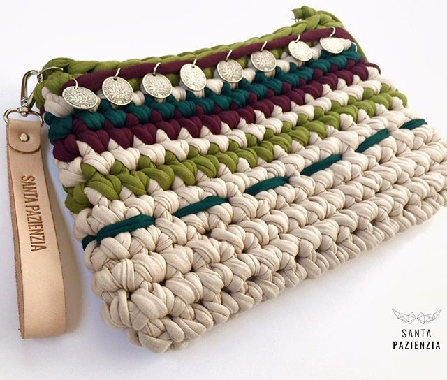 WEBSTA @ santapazienzia - Ya tienes en el blog el patrón para tejer este Clutch Boho. Buen finde!  Available now in www.santapazienzia.com The patter to knit this Boho-Clutch #santapazienzia #clutch #trapillo #boho #chic #handmade #diy #crochet #ganchillo #knit #shareyourknits #bolso #complemente #handbag #puntobajo #fashion #trend #tshirtyarn #totora #trapilho #zpagetti