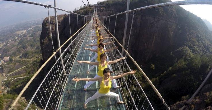 20151105 - Mulheres praticam ioga durante uma performance na ponte de vidro do parque nacional Shiniuzhai, na China. Cerca de cem praticantes da atividade fizeram o encontro para promover o conceito de vida saudável em harmonia com a natureza. PICTURE: China Daily/ Reuters