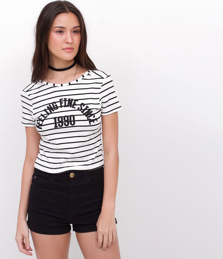camiseta listrada com estampa de frase e short preto