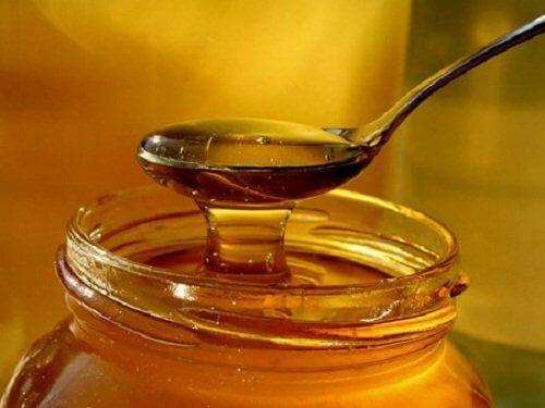 Przepis 5 Jedna łyżeczka miodu pszczelego, 3 łodygi selera naciowego, Szklanka wody Przepis 6 4 pomarańcze, Jedno jabłko, Pół litra wody mineralnej