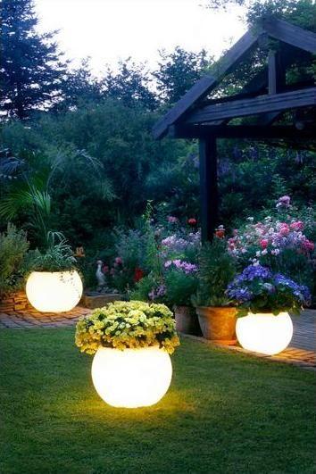 La luz puede cambiar el ambiente de cualquier espacio ¡No dejes a tu #jardin fuera de tu plan de decoración! Mira estos #maceteros con luz, que gran idea.