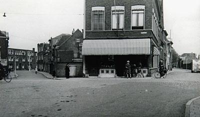 Spuiplein met aan de linkerkant Elfhuizen. Op de hoek was bakkerij Oskam gevestigd