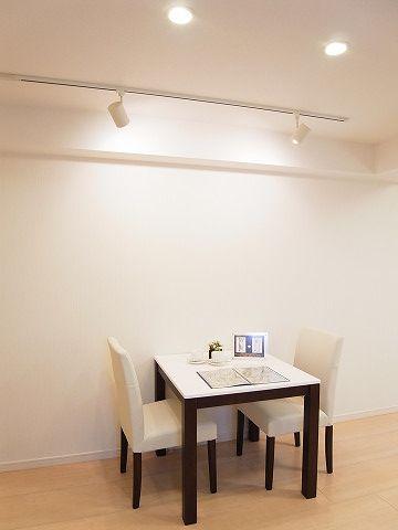 ダイニングテーブルはスポットライトを用いて、周囲はダウンライトで広く照らしています。