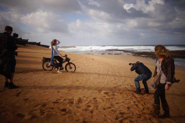 Plaża to nie tylko miejsce odpoczynku, ale czasem także pracy - cała ekipa dokłada starań, żeby zdjęcia wyszły świetne  #backstage #QSQ #Photo #photography #team #teamwork #model #WIP #photoshooting #beach #see