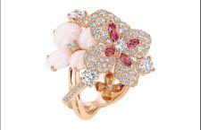 Anello Hortensia: oro rosa 18 carati, 199 diamanti taglio brillante, opali rosa e peau d'ange, 4 tormaline rosa taglio navette, 1 zaffiro rosa rotondo. Prezzo: 23 mila euro