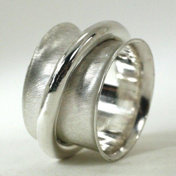 Een van de ringen breder, dikker, beefier spinner op Etsy! De band is 1/2 brede sterling zilver en bestaat uit 22 gauge blad zilver die aan de uiteinden te houden de spinner ring is opgelaaid. De spinner ring is 10 gauge ronde Sterling zilver. De band heeft glad gepolijst in de binnenkant en heeft een hand geschuurd afwerking aan de buitenzijde. De ring heeft een glad, spiegel afwerking. Alles is solid sterling silver, volledig hand gemaakt door mijzelf en is gepolijst en geschuurd met de…