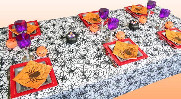 Cette table spéciale pour Halloween est habillée d'une nappe en tulle décorée de toiles d'araignées. Elle mettra tout de suite l'ambiance ! Vivement le 31 octobre !