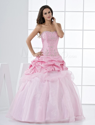 Dresses are getting so creative these days.  Again, here's another dress where the messy pinning of the skirt is offset by  half of it being normal.  Makes it cute to me. <3