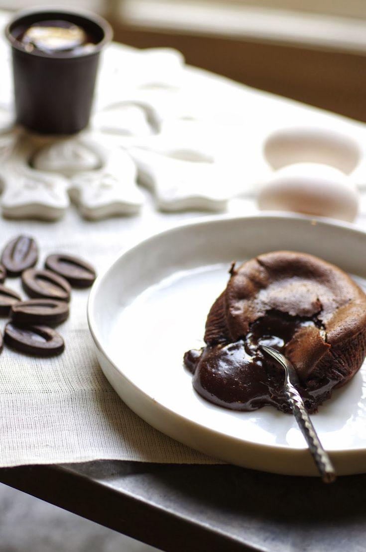 Le coulant au chocolat, c'est un peu LE dessert que tout le monde devrait savoir faire puisqu'il faut bien se rendre à l'évidence: tou...