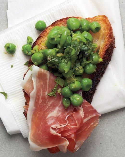 Gold and White Wedding. Buffet Dinner, Late Night Snack, Canapes, Appetizer. Minted Pea and Prosciutto Crostini Recipe