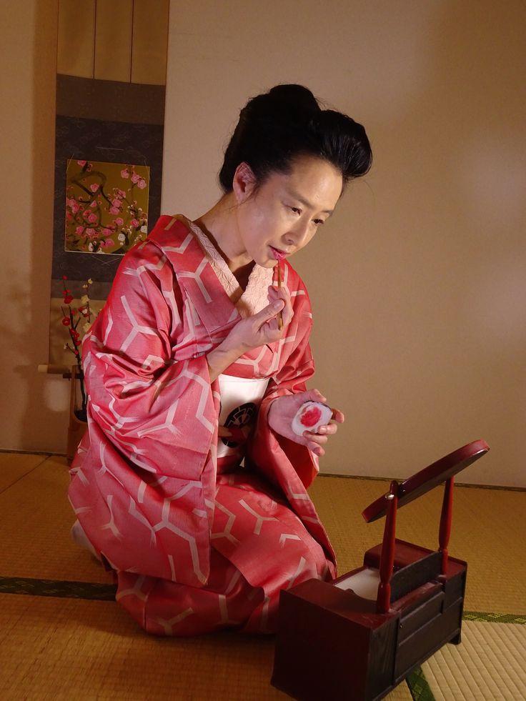冬 破れ亀甲の銘仙着物 襟にもピンクをプラスで華やかに。
