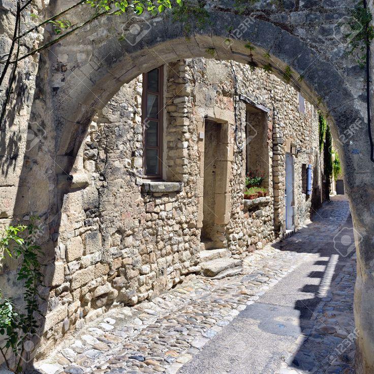 Francia Provenza. Tipica Strada Stretta Con Arco In Pietra Nel Borgo Medievale Vaison La Romaine Foto Royalty Free, Immagini, Immagini E Archivi Fotografici. Image 40949781.