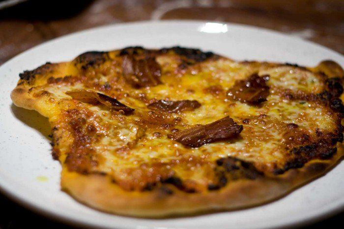 Pizza med basilikums-mozzarella