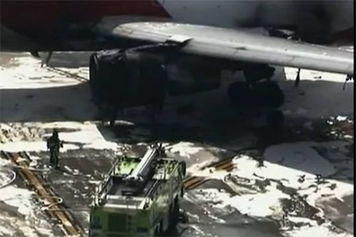 В международном аэропорту Форт-Лодердейл в американском штате Флорида вспыхнул пожар на борту готового ко взлету самолета. «Боинг-767» появился на взлетной полосе, когда левый двигатель дал течь, и лайнер загорелся. Первыми дым заметил эки...  #американском, #международном, #youtubecom, #спецслужбам, #аэропорту,  #Likada #PRO #news #новость