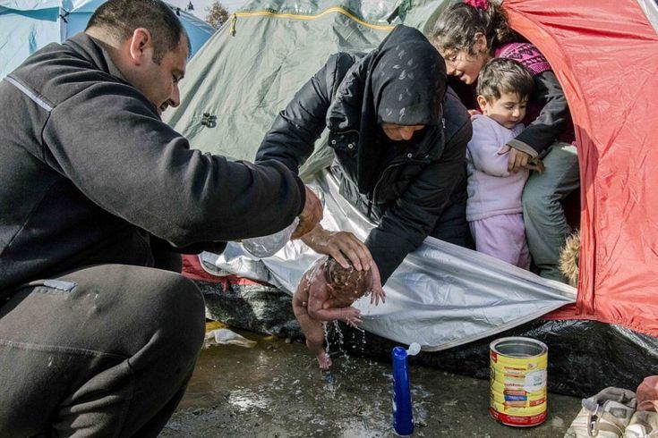 Idomeni, primi vagiti nel fango: il neonato nella tendopoli dei migranti