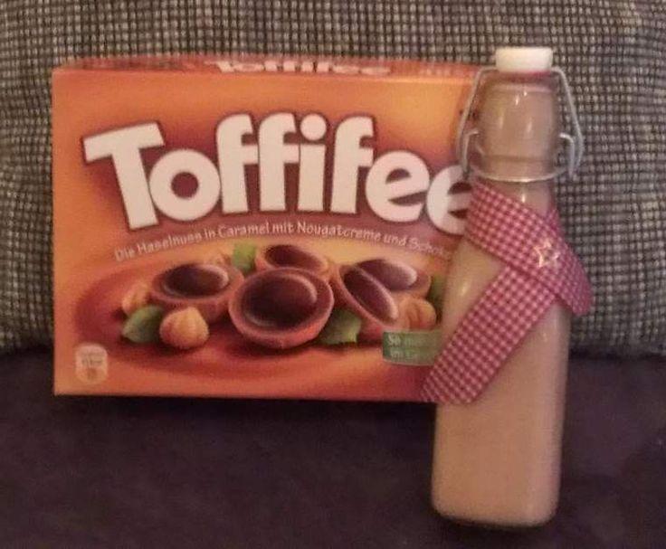 Rezept Toffifee - Likör      15 Toffifee, (Pralinen)     1 Ei     100 g Zucker     250 g Sahne     250 g Korn (z.B. Oldesloer)