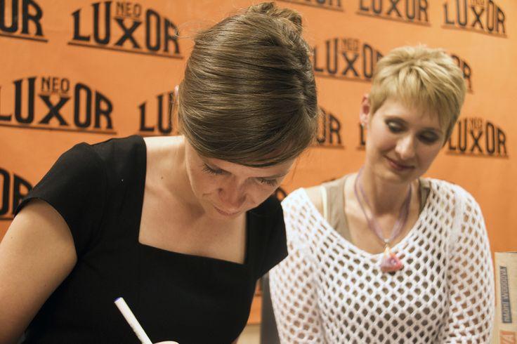 A nakonec se Naomi podepisovala a podepisovala...