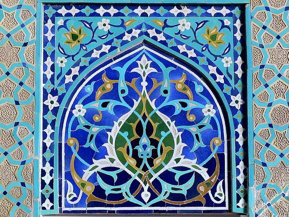 """Détail d'un panneau en mosaïque de carreaux faïence. Grande mosquée, dite """"mosquée du vendredi"""", Ispahan, Iran."""