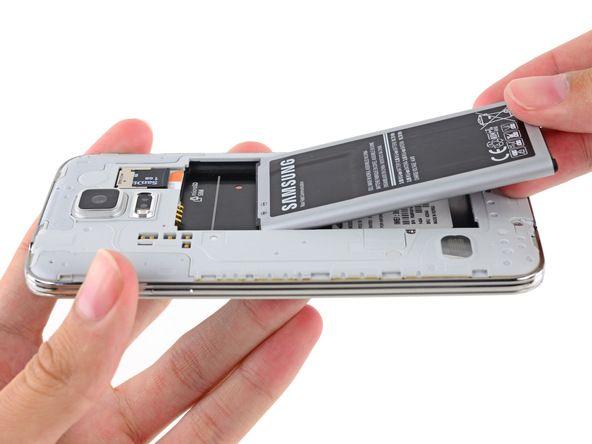 2. Tag batteriet ud af telefonen.