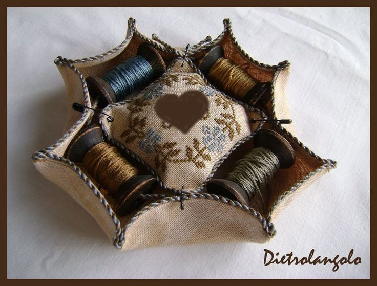 Pincushion, spool Tutorial [Pincushion, Spool Basket Tutoria, by Dietro l'angolo (Around the Corner) blogger Enza.