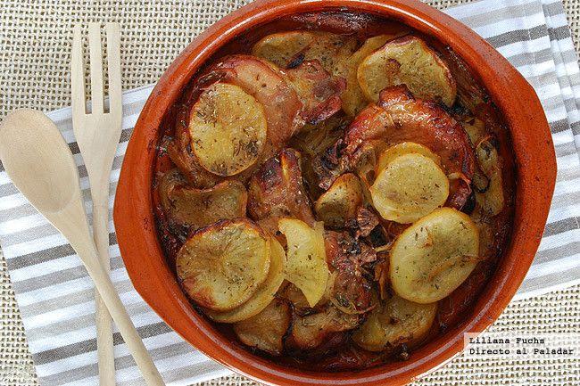 Precalentar el horno a 160ºC y engrasar una cazuela de barro o similar. Lavar, pelar y cortar la patata en rodajas finas. Cortar la cebolla ...
