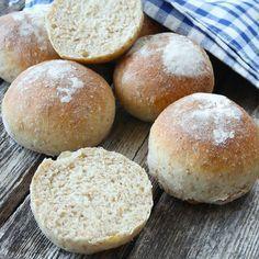 Gör degen på kvällen och grädda bröden direkt när du vaknar på morgonen. Njut av nybakade, fiberrika frallor till frukost!