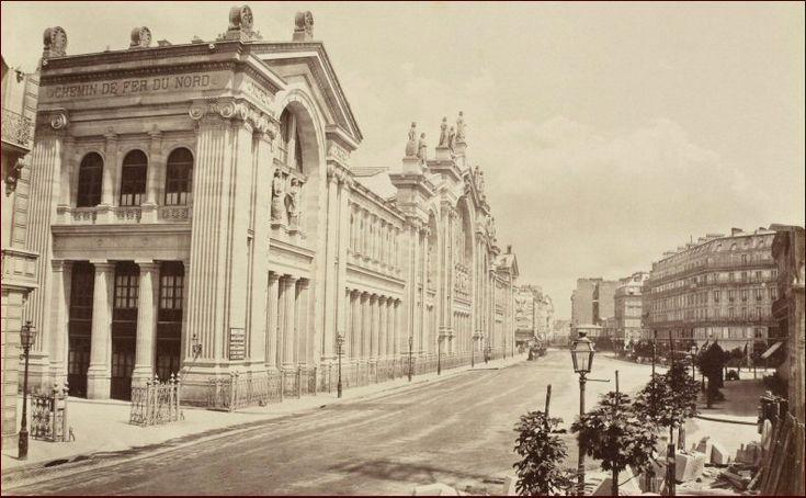 """La """"Gare de la Compagnie du chemin de fer du Nord"""" photographiée vers 1864 par Charles-Henri Plaut. L'immense construction de l'architecte Jacques Hittorff était alors flambant neuve. A l'avant-plan on remarque le chantier d'un immeuble de la rue de Dunkerque  (Paris 10ème)"""