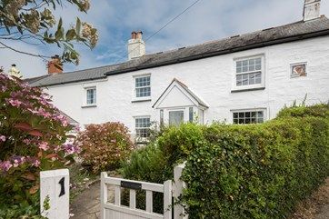 Just joined the portfolio, gorgeous End Cottage is a lovingly updated Victorian property for seven, just a short drive from St Mawes. With modern features such as WiFi-controlled heating, Smart TV's and drench head showers, the property is perfect for generations of families holidaying together, and even boasts a large double bedroom on the ground floor (ideal for the grandparents!) which offers privacy from the rest of the party. #Holiday #Cottage #Cornwall u.classic.uk/grvL