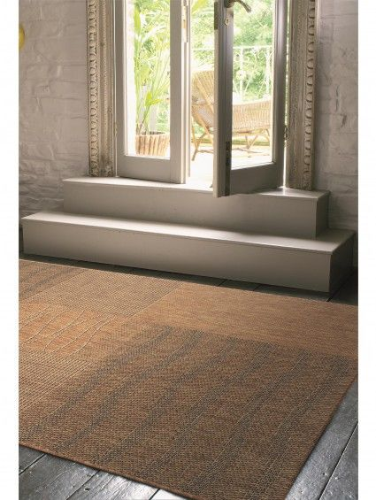 http://www.benuta.de/outdoor-teppich-riso-braun-3-1.html Sanft geschwungene Wellen kontrastieren auf diesem Exemplar der Teppich-Kollektion Riso von benuta mit geraden Linien und schaffen ein interessantes Design, das durch die milden Naturtöne elegant zurückhaltend bleibt. Der schadstofffreie Teppich kann sowohl im Innen- als auch im Außenbereich ausgelegt werden. ( Teppich Riso Braun)