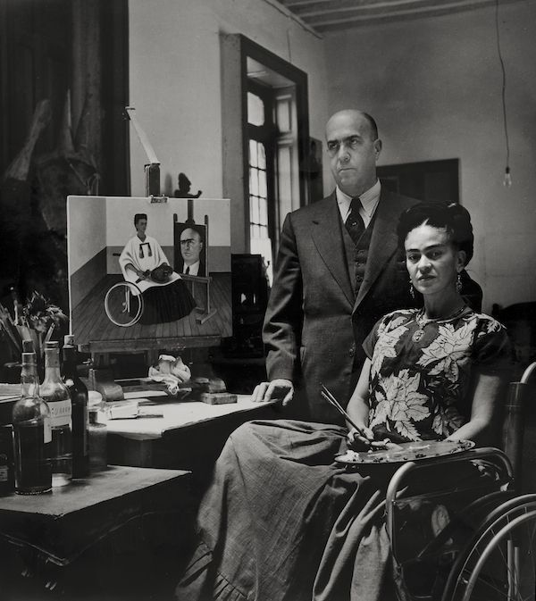 Frida Kahlo e il dottore Juan Farill, fotografati da Gisèle Freund, nel 1951 (©Frida Kahlo Museum)