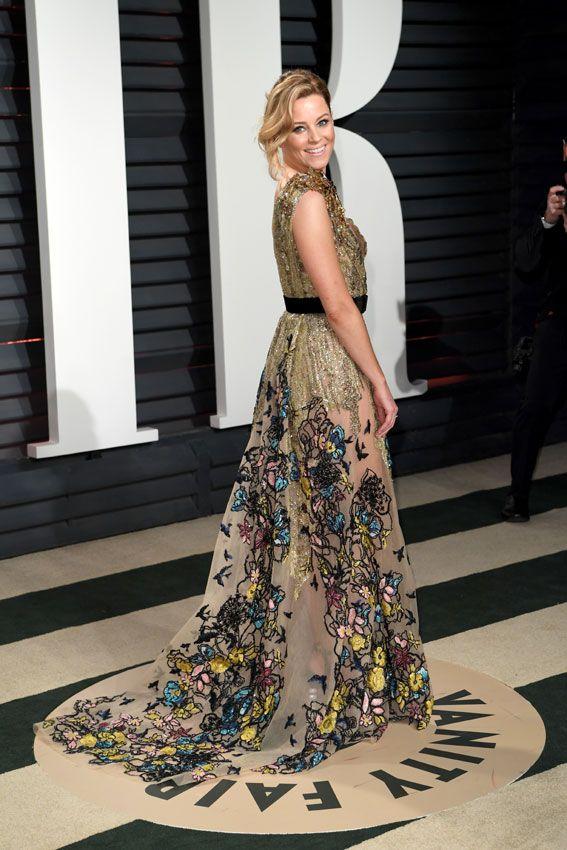 Elizabeth Banks estaba guapísima con su vestido en tonos dorados con coloridos estampados florales en la falda y cinturón negro