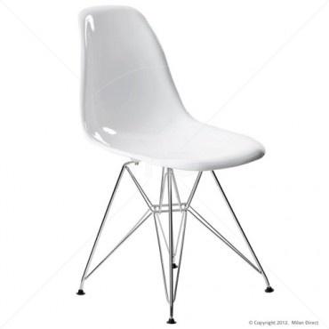 A ke stolu patří židle od slavného designera, třeba DSR Eiffel od Eames