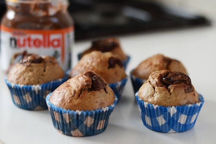 Een heerlijk ontbijtje of snack: muffins met banaan en Nutella. Dit té lekkere recept werd bedacht doorfoodblogger Anouk Kantelberg. Verwarm de oven voor op 175 graden. Meng eerst alle droge dingen – dus bloem, havermout, suiker, bakpoeder en zout – door elkaar. In een andere kom meng je de natte dingen – olie, melk, eieren …