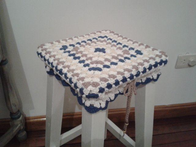 Funda de hilo tejida al crochet para banco de madera