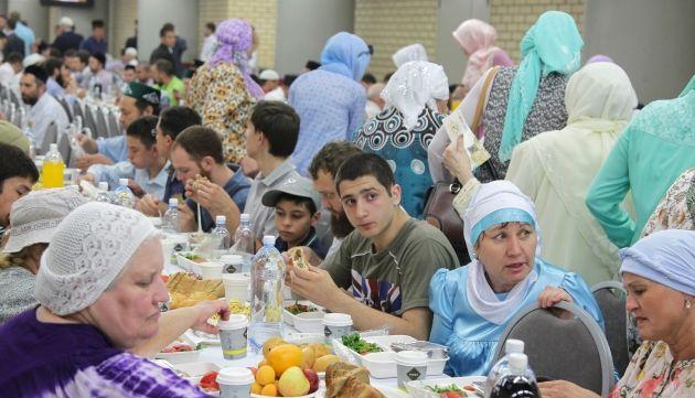 Tataristan'da stadyumda 5 bin kişi ile iftar http://haberrus.com/video-gallery/2015/06/27/tataristanda-stadyumda-5-bin-kisi-ile-iftar.html