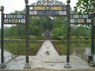 http://www.vietnamitasenmadrid.com/2011/12/tumba-imperial-de-minh-mang-hue.html Tumba Mausoleo del emperador Minh Mang de Hue