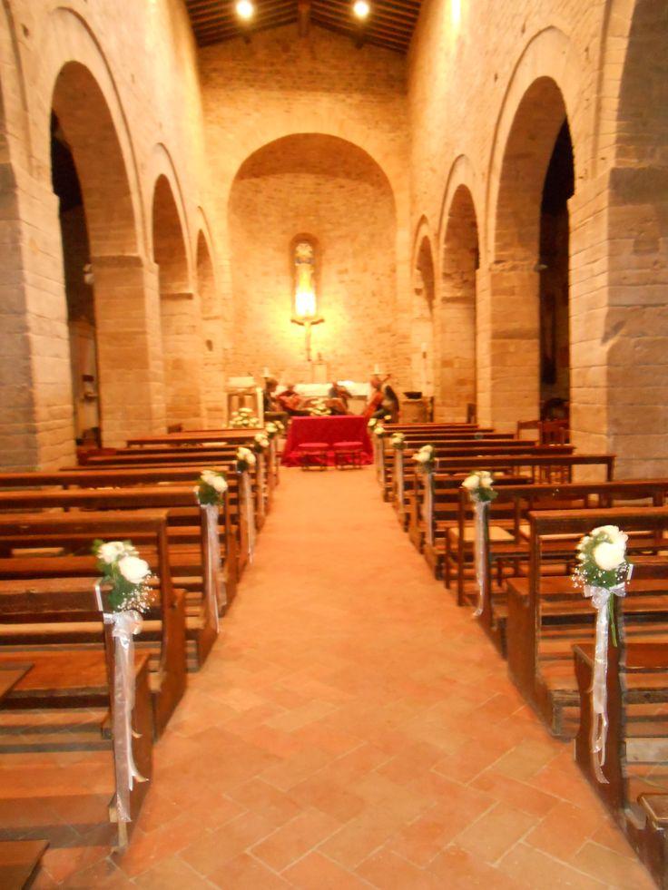matrimonio. addobbo con rose e organza. chiesa della Pieve