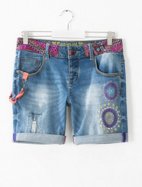 Denim Bermuda shorts with embroidered beading along the waistline, sparkly details and rips for a more casual look. Regular fit and with an adjustable upturned hem.
