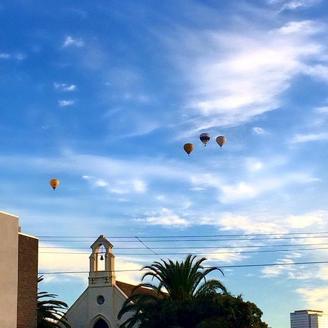 Hot air balloons in Melbourne this morning 🎈🎈🎈🎈 #portmelbourne #hotairballoon #melbourne #melbournelifelovetravel #loveit #visitmelbourne #sunrise #morning #beautiful #picturesque #thatview #autumn #instamelbourne #instagood #instasunrise #australia #instamorning #blueskies #instaview