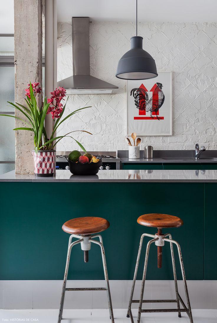 Conheça a história de um apartamento antigo que foi totalmente repaginado com uma obra de baixo custo e uma decoração cheia de personalidade.