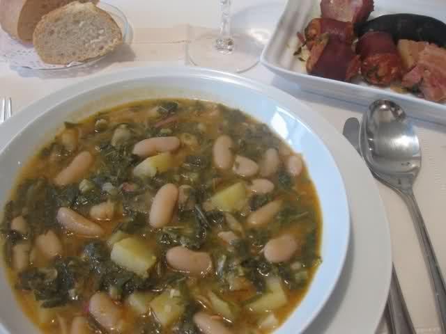 Un plato de la cocina tradicional asturiana, que en días como hoy fríos y lluviosos, entona el cuerpo. Yo lo hago como plato único, resulta completo: legumbres, patata, verdura y carnes. La receta está incluida en el libro que hice a mi hija, y a pesar...