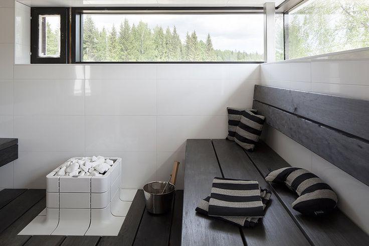 Villa Ilon mustavalkoisesta saunasta avautuu näkymä järvelle. www.lammi-kivitalot.fi