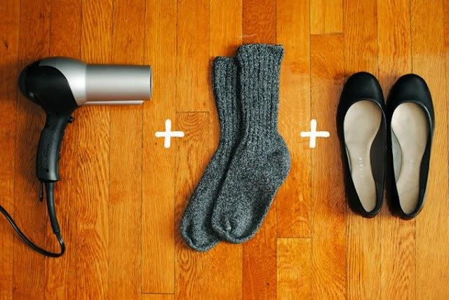 """COMO FUNCIONA O PROJETO """"BOLHAS NUNCA MAIS"""":  1. Coloque as meias e, depois, enfie os pés no sapato.  2. Depois ligue o secador de cabelo e aponte para a área apertada por uns 2 ou 3 minutos... Vá mexendo o pé e esticando os dedos enquanto seca para o sapato alargar melhor.   3. Desligue o secador e mantenha os sapatos no pé até eles esfriarem.   4. Retire as meias e teste os sapatos. Ele já estará mais largo. Mas se ainda assim estiver um pouco apertado, repita o processo."""