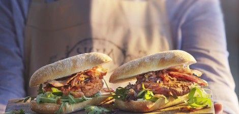 Hamburger met uienjam en spek